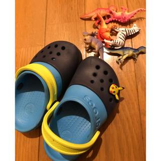 クロックス(crocs)のクロックスと恐竜フィギュア(サンダル)