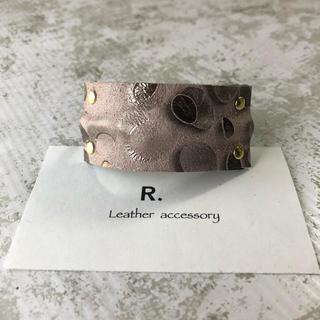 ピンクベージュ水玉ちゃんのレザーヘアゴム(ヘアアクセサリー)