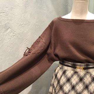フィント(F i.n.t)のFi.n.t 袖ローズ刺繍ニットプルオーバー ブラウン(ニット/セーター)