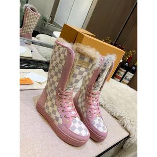 真新しいピンクのブーツ(ブーツ)