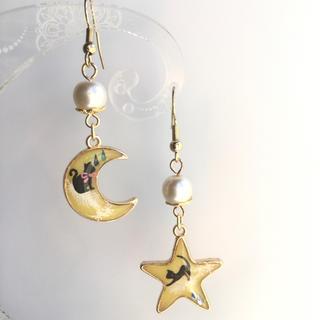 ミルキーイエロー 羽根に乗る黒猫 星と月 ピアス(ピアス)