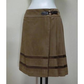 UNTITLED - UNTITLED アンタイトル 茶のスエード調でプリーツが付いた巻きスカート 1