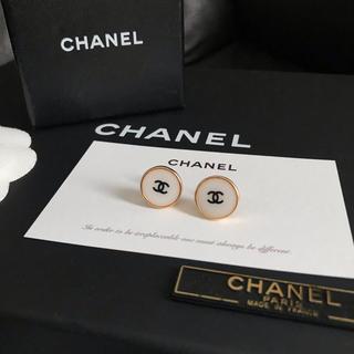 CHANEL - CHANEL ノベルティ ブラックロゴ ピアス 13mm(ホワイト)