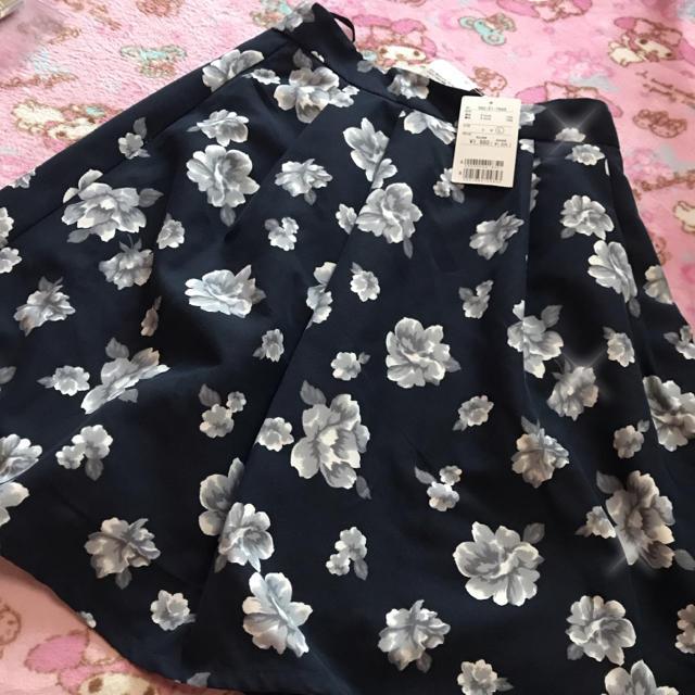 HONEYS(ハニーズ)のタグ付き 花柄 スカート 紺色 レディースのスカート(ひざ丈スカート)の商品写真