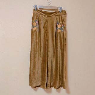 アベイル(Avail)のAvail - 花柄刺繍 ベロア パンツ(カジュアルパンツ)