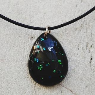 レジン ドロップ型 黒 ホログラム(ネックレス)