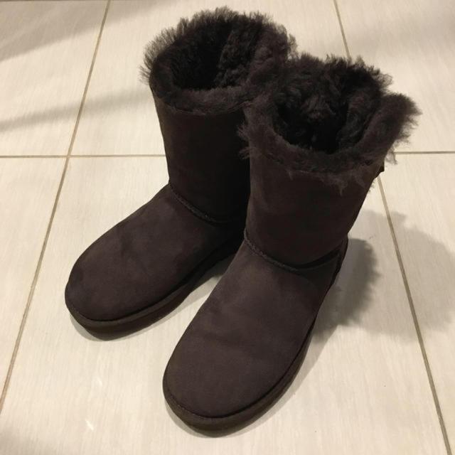 UGG(アグ)のアグ/BAILEY BOW(ベイリーボウ)/ブラウン/US7(24㎝) レディースの靴/シューズ(ブーツ)の商品写真
