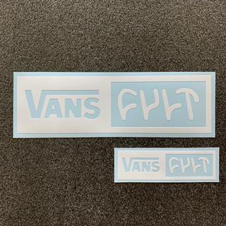 ヴァンズ(VANS)の『VANS × CULT』 ロゴカッティングステッカー 2枚セット 送料無料(スケートボード)