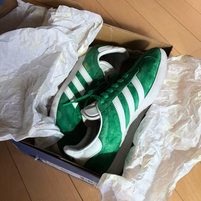 adidas(アディダス)のadidas GAZELLE BB5477 グリーン 23cm レディースの靴/シューズ(スニーカー)の商品写真