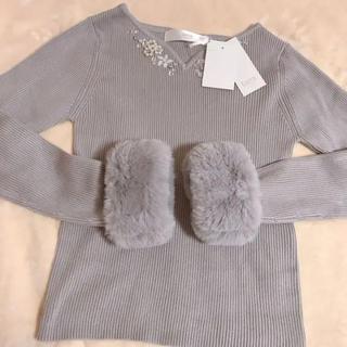 tocco - トッコクローゼット 煌めく胸元ビジュー装飾つき袖ファーニット