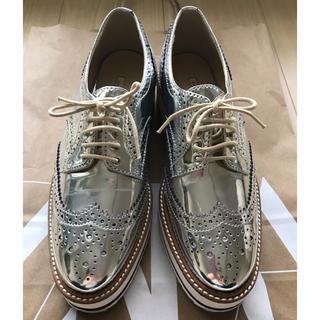 ザラ(ZARA)のZARA オックスフォード シルバー ウィングチップ シューズ 超人気完売品(ローファー/革靴)