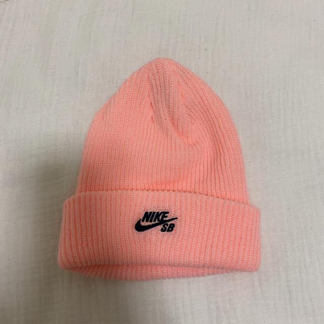 NIKE(ナイキ)のピンク ビーニー メンズの帽子(ニット帽/ビーニー)の商品写真