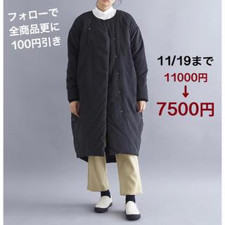 メルロー(merlot)のMERLOT IKYU ピーチスキンタッチ中綿ロングコート 黒色です。(ロングコート)