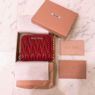 ミュウミュウ(miumiu)のミュウミュウmiumiuマテラッセレザー コインケース 赤 ミニ財布(財布)