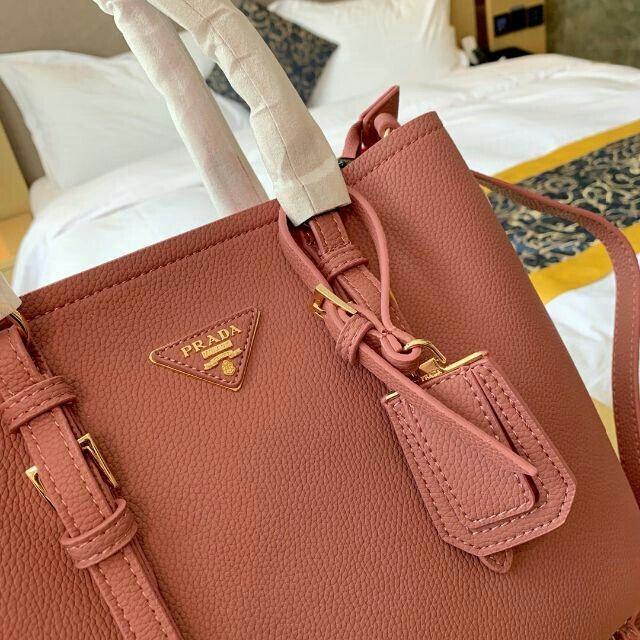 PRADA(プラダ)のPRADA トートバッグ ショルダーバッグ おしゃれ 高級感 レディースのバッグ(トートバッグ)の商品写真