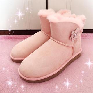 アグ(UGG)の☆UGG☆お花付き☆ムートンブーツ☆MINI BAILEY PETAL新品ピンク(ブーツ)