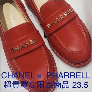 シャネル(CHANEL)のCHANEL PHARRELL シャネルファレル 限定販売 赤 革靴(ローファー/革靴)