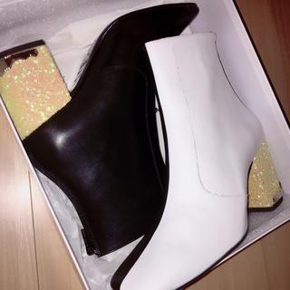 トーガ(TOGA)の定価68040円 TOGA 白×黒 グリッターヒール 7.5cm サイズ34 (ブーツ)