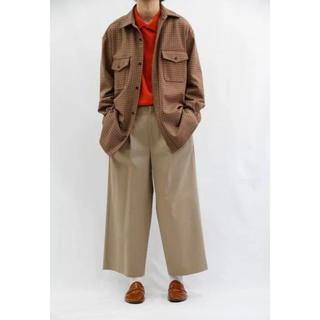 コモリ(COMOLI)のURU 18aw 2tuck wide pants(チノパン)