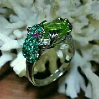 グリーンクリスタルの水滴を抱えたカエルのリング(リング(指輪))