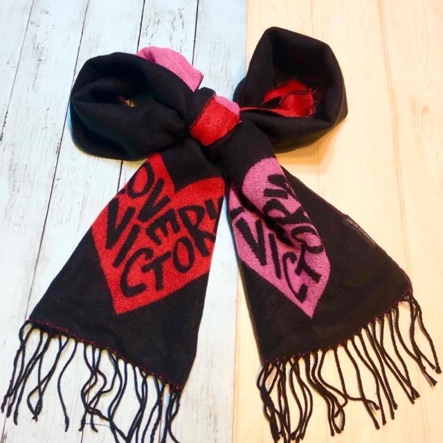 Victoria's Secret(ヴィクトリアズシークレット)のヴィクトリア シークレット 暖かい ストール ニットマフラー 黒 ピンク ハート レディースのファッション小物(マフラー/ショール)の商品写真