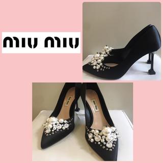 ミュウミュウ(miumiu)のミュウミュウ ブラックサテン パールビジューパンプス(ハイヒール/パンプス)