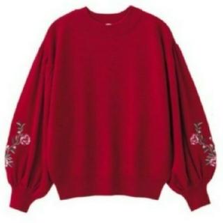 ジーユー(GU)のGU ボリュームスリーブ ニット セーター 赤 刺繍 エンブロイダリー バルーン(ニット/セーター)