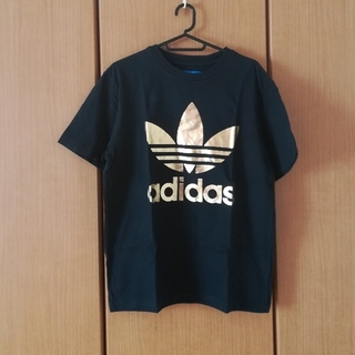 adidas - 黒にゴールドのロゴTシャツ