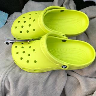 クロックス(crocs)の新品 未使用 crocs クロックス25センチ 黄色 イエロー バンド(サンダル)