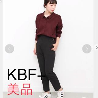 ケービーエフ(KBF)の【美品】KBF+ サイドベルト付パンツ(カジュアルパンツ)