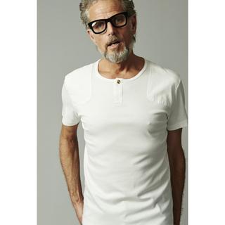 ウノピゥウノウグァーレトレ(1piu1uguale3)の定価2.5万 1piu1uguale3 LEONヘンリーネックTシャツ AKM(Tシャツ/カットソー(半袖/袖なし))