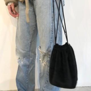 ロキエ(Lochie)のリル ポンポンポーチ ブラック 巾着バック 巾着(ハンドバッグ)