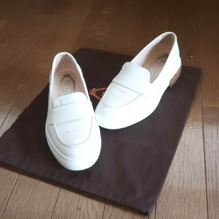 トッズ(TOD'S)の白のトッズのお靴(ローファー/革靴)