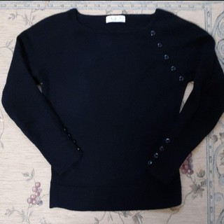 アーヴェヴェ(a.v.v)のa.v.v MICHEL KLEIN シンプルな黒のセーター(ニット/セーター)