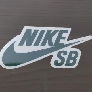 ナイキ(NIKE)の「縦7.8cm横15.3cm」NIKESBステッカー モスグリーン(スケートボード)