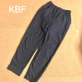 ケービーエフ(KBF)のKBF ピンストライプ テーパードタックパンツ(カジュアルパンツ)