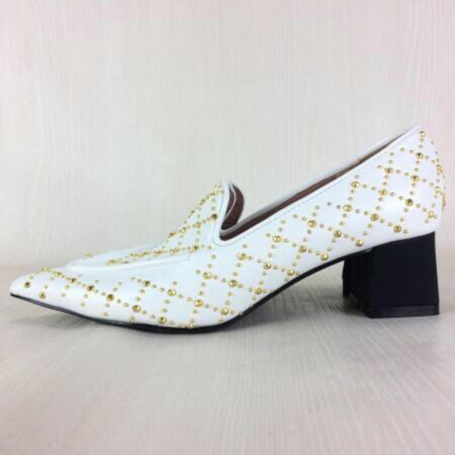 eimy istoire(エイミーイストワール)の【新品未使用】eimy istoire スタッズ デザイン ローファー ホワイト レディースの靴/シューズ(ローファー/革靴)の商品写真