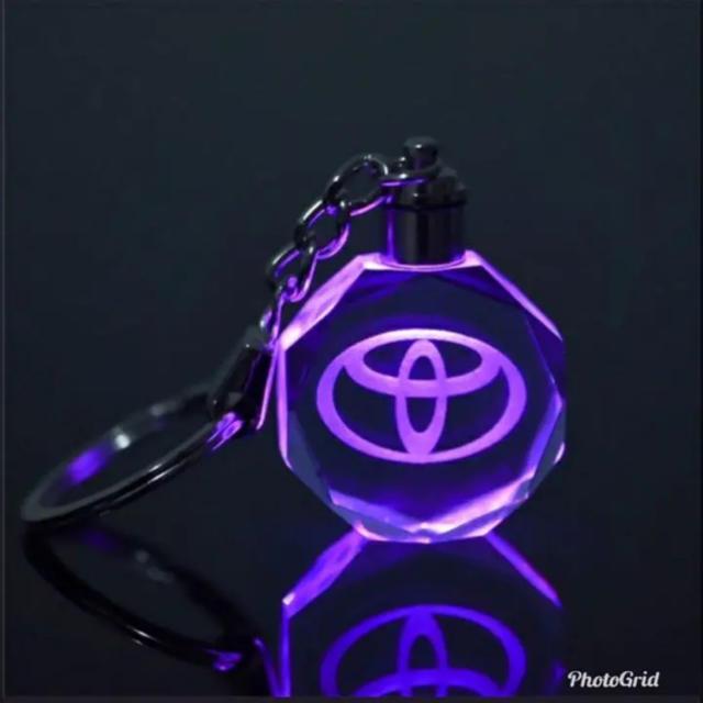 トヨタ(トヨタ)のTOYOTA クリスタル LEDキーホルダー 送料込み 自動車/バイクの自動車(車内アクセサリ)の商品写真