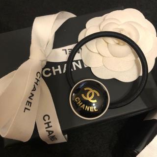 CHANEL - 【新品 新入荷】ブラック×ゴールドロゴが大人可愛いエレガントなノベルティヘアゴム