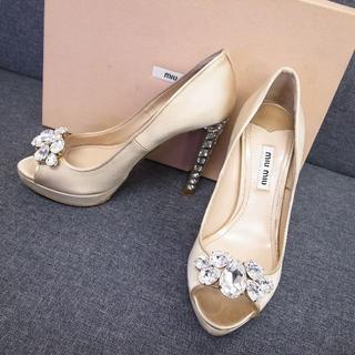 ミュウミュウ(miumiu)の正規品☆ミュウミュウ サテン パンプス クリスタルビジュー ゴールド 靴(ハイヒール/パンプス)