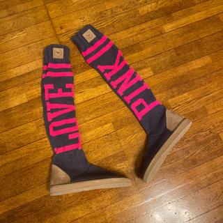 ヴィクトリアズシークレット(Victoria's Secret)のヴィクトリアシークレット ピンク ニットブーツ(ブーツ)