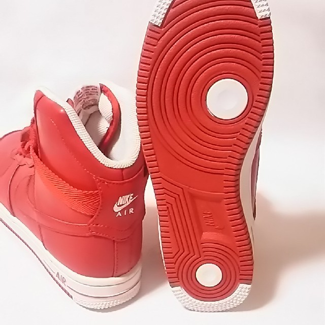 NIKE(ナイキ)の定10800円!ナイキエアフェザー新品スニーカー入手困難!限定赤!    レディースの靴/シューズ(スニーカー)の商品写真