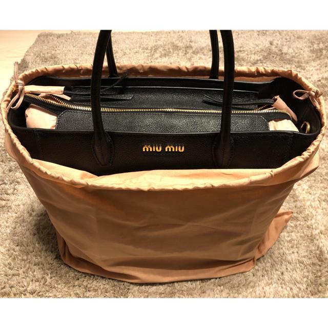 miumiu(ミュウミュウ)の【新品】miumiu ストラップ付き2wayバッグ(黒) レディースのバッグ(ハンドバッグ)の商品写真
