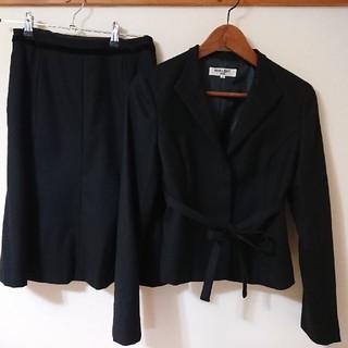 ナチュラルビューティーベーシック(NATURAL BEAUTY BASIC)のNATURALBEAUTY BASIC コサージュ付スカートスーツ黒/ブラック(スーツ)
