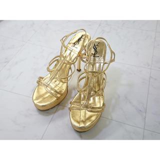 サンローラン(Saint Laurent)のYSL イタリア製 華奢なストラップで足元に煌めきを添えるゴールド美脚サンダル(サンダル)