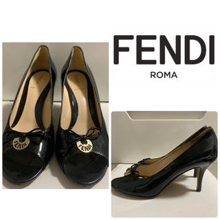FENDI - FENDI ブラックパテント ロゴプレートパンプス