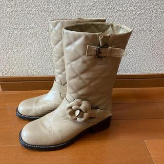 ピンクハウス(PINK HOUSE)のインゲボルグ💖カメリア&ベルトのアクセントがかわいい💕革のあったかブーツ美品(ブーツ)