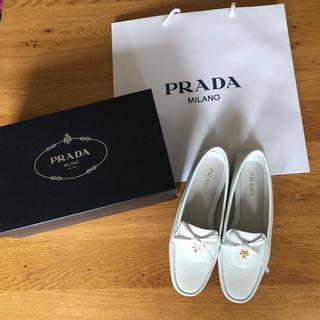 プラダ(PRADA)のプラダ  モカシン白エナメル38サイズ(スリッポン/モカシン)