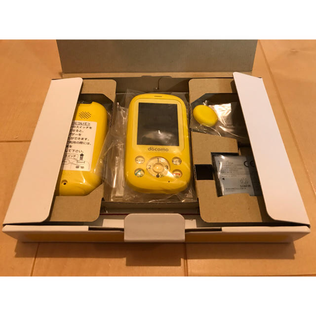 NTTdocomo(エヌティティドコモ)のdocomo F-03J キッズケータイ イエロー 新品 キッズ携帯 ドコモ スマホ/家電/カメラのスマートフォン/携帯電話(携帯電話本体)の商品写真