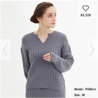 GU - ケーブルキーネックセーター